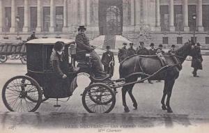 Fiacre in Parijs rond 1900. Met op de bok Mme Charnier